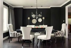 déco salle à manger noire, chaises blanches et rideaux blancs à motifs noirs