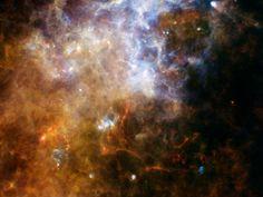 Vistas de la Vía Láctea, las cámaras sensitivas del Herschel (ESA) lograron mostrar este espectacular paisaje estelar mirando hacia la Constelación de la Cruz del Sur. Estas observaciones tienen como objetivo tratar de revelar los misterios de la formación de estrellas .