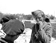 """La única mujer holandesa que participó en la guerra civil española, Fanny Schoonheyt, era conocida como """"La Reina de la Ametralladora"""", fue instructora de su uso, foto tomada en agosto de 1936 en el frente aragonés"""