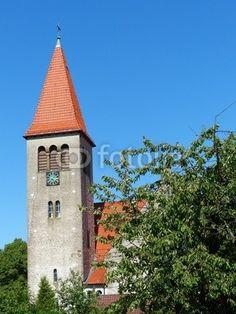 Ländliche Idylle mit Kirchturm vor blauem Himmel in Helpup bei Oerlinghausen in Ostwestfalen-Lippe