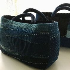 No link. Fabric Handbags, Fabric Bags, Patchwork Bags, Quilted Bag, Sashiko Embroidery, Japanese Sewing, Recycle Jeans, Boho Bags, Craft Bags