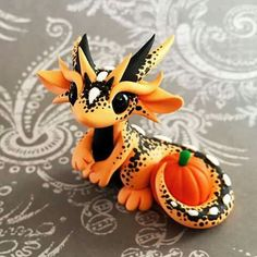 I fucking love this one! I dont even really like the colour orange but this lil dragon is so fuckin awesome! I want this dragon. Polymer Clay Dragon, Polymer Clay Figures, Polymer Clay Sculptures, Polymer Clay Animals, Cute Polymer Clay, Cute Clay, Fimo Clay, Polymer Clay Projects, Polymer Clay Charms
