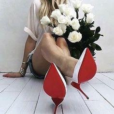 Um noivo incrível, um buquê de rosas brancas, um cabelo de princesa e... Claro, um Louboutin maravilhoso especialmente feito para noivas!  Mulheres: o que mais precisamos para ser feliz? Quem mais sonha em caminhar até o altar e viver o dia mais incrível de suas vidas o tão famoso sapato de sola vermelha? Lindo, sensual e moderno!  #tipsforbride #noivasdointerior #casandonointerior #casamentonointerior #interiorsp @louboutinworld