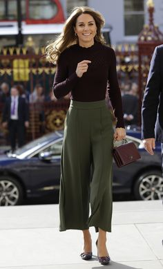 Style Fashion Tips Kate Middleton fall fashion fall style fall trends burgundy Chanel purse olive green culottes.Style Fashion Tips Kate Middleton fall fashion fall style fall trends burgundy Chanel purse olive green culottes Moda Kate Middleton, Looks Kate Middleton, Estilo Kate Middleton, Kate Middleton Outfits, Princess Kate Middleton, Kate Middleton Fashion, Princess Diana, Casual Kate Middleton, Kate Middleton Skirt