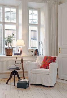 Cozy Reading Corners, Reading Nooks, Book Nooks, Cosy Corner, Corner Lamp, Living Spaces, Living Room, Piece A Vivre, Home And Deco