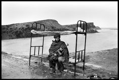 Member of the Hezbi Islami guards the road to Kabul, Afganistan, April 1992, by Abbas