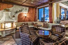 Kaminhalle im Wellnesshotel Bergland im Zillertal. #kaminfeuer #kaminknistern #cocktailbar #cocktail #hotelbar #wellnesshotel-bergland #genuss #trinken #drinks