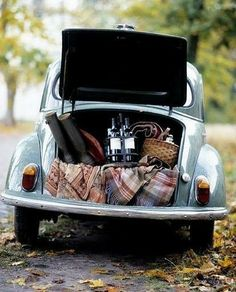 Volkswagen picnic (actually I think this is a Morris Minor. VWs have an engine in the trunk) Fall Picnic, Picnic Time, Summer Picnic, Country Picnic, Beach Picnic, Wine Country, Picnic Parties, Picnic Spot, Country Charm