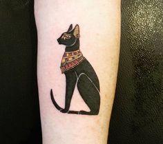 ägyptische katze mit einer halskette   idee für einen schwarzen katzen tattoo auf hand, die ihnen sehr gut gefallen könnte