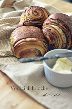 Vortici di brioche al cioccolato . Work Make Us Hungry Croissants, Chocolate Brioche, Chocolate Croissant, Brioche Rolls, Good Morning Breakfast, Homemade Bagels, Bread Dough Recipe, Bread And Pastries, Italian Desserts