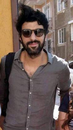La imagen puede contener: una persona, de pie, gafas de sol y barba