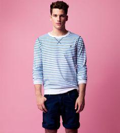 J'aime la chemise, mais j'aime tout le vêtement avec les couleurs de bleu et blanc. Aussi, les bermudas est très bon, fais tout ensemble.
