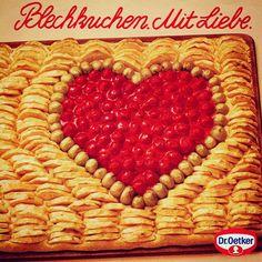 Die erste Dr. Oetker Grundteigmischung für ein ganzes Blech voll Kuchen kam 1980 auf den deutschen Markt und war in fünf Minuten fertig zum Belegen. Oetker Firmenarchiv (OeFA) // #OetkerHistory #Blechkuchen #Liebe Raspberry, Fruit, Breakfast, Ursula, Youtube, Blog, Sheet Cakes, Cherries, Fruit Cake Recipes