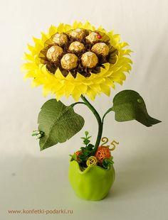 Candy Flowers, Crepe Paper Flowers, Paper Roses, Candy Bouquet Diy, Diy Bouquet, Dyi Decorations, Chocolate Decorations, Chocolate Flowers Bouquet, Edible Bouquets