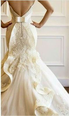The detailed back of this dress is amazing. Elegant !
