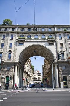 Palazzo della società Buonarroti-Carpaccio-Giotto, Milan, Italy