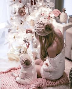 New Baby Girl Photography Christmas Picture Ideas Ideas Holiday Photos, Christmas Pictures, Outdoor Fotografie, Foto Baby, Christmas Photography, Mom Daughter, Pink Christmas, Christmas Tree, Christmas Holidays