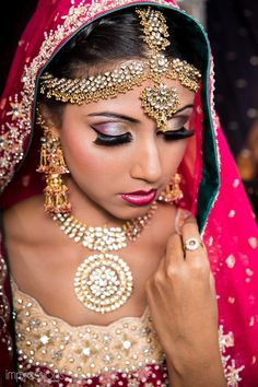 Beautiful Indian Brides ~ Eleborate Jewelry Set, inc Matha Patti w/ Maang Tikka Indian Bridal Makeup, Bridal Hair And Makeup, Beautiful Indian Brides, Beautiful Bride, Moda Indiana, Indian Eyes, Bollywood, Desi Wedding, Desi Bride