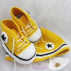 Crochet Baby Set Yellow Baby Set Converse Baby Shoes Yellow The Babys, Crochet Blouse, Knit Crochet, Baby Converse Shoes, Sports Baby, Crochet Baby Shoes, Baby Yellow, Baby Patterns, Crochet Patterns