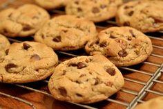 Facili da preparare e ideali per merende e colazioni, i cookies sono i biscotti tradizionali americani caratterizzati dalle famose gocce di cioccolato. Ottime anche le varianti light e senza glutine.