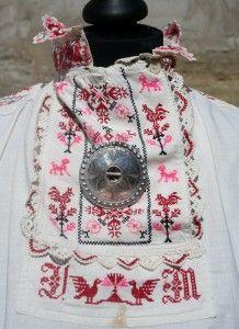 traditional features on the shirt from Muhu Island (rahvarõiva pluus)