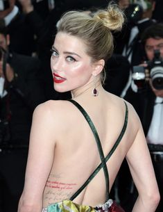 Amber Heard has a quote from the Chilean poet Pablo Neruda tattooed in red ink on her left side. Bella Thorne, Amber Heard Style, Amber Heard Hot, Beautiful Blonde Girl, Beautiful Gorgeous, Amber Heard Tattoo, Amber Heard Makeup, Amber Herd, Most Beautiful Hollywood Actress