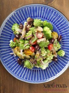 Смешайте все подготовленные ингредиенты с капустой, добавьте маслины и оливки. Салат заправьте горчичным соусом и подавайте, украсив рубленым зеленым луком или ростками гороха.