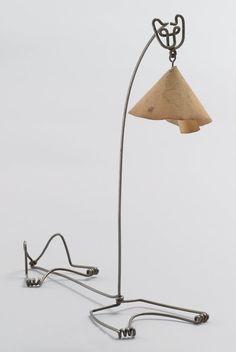 The Museum of Modern Art -  En honor al Día Nacional del gato, disfrutar de esta lámpara gato encantador por Alexander Calder .   [Alexander Calder. Lámpara del gato . 1928]