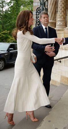 Kate Middleton usa vestido midi com sandália nude Schutz