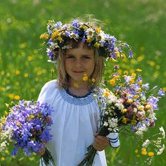 Swedish Girl ~ Midsummer celebration in Sweden. The tradition is that you wear white and put a midsummer wreath made of different type of colored flowers in your hair and on the tables etc. Sisterlocks, Voyage Suede, About Sweden, Flora Und Fauna, Beltane, Summer Solstice, How To Make Wreaths, Flower Crown, Pagan