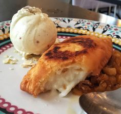 Haupia Pie: pastel de massa macia recheado por creme de coco e acompanhado por compota de abacaxi e sorvete de macadâmia