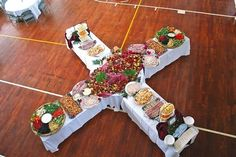 Great buffet set-up with 4 lines! I love this idea for family reunion, weddings, or parties Deco Buffet, Buffet Set, Buffet Tables, Buffet Ideas, Reception Food, Wedding Reception, Wedding Table, Wedding Buffet Menu, Wedding Ideas