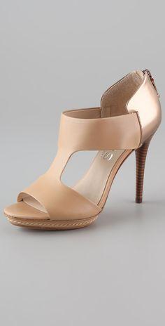 Michael Kors Será que alguien puede ayudarme a buscar estos zapatos, donde los puedo conseguir? Porfavor ayúdenme