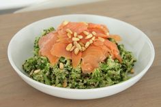 Broccoli met quinoa, zalm en pijnboompitjes