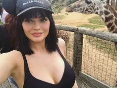 Kylie Jenner Just Got the Sweetest Summer Bangs, and We're Obsessed Kyle Jenner, Kendall Y Kylie Jenner, Kardashian Jenner, Kourtney Kardashian, Travis Scott, Peinados Kylie Jenner, Summer Bangs, Selena Gomez, Dove Cameron