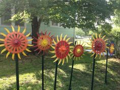 Flowers made of old tractor parts - Love this idea! Welding Crafts, Welding Art, Welding Ideas, Garden Yard Ideas, Garden Art, Garden Totems, Garden Club, Glass Garden Flowers, Metal Flowers