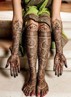 One can only sigh in wonderment at the deeply intricate and wonderfully elaborate mehendi captured faultlessly on lens!