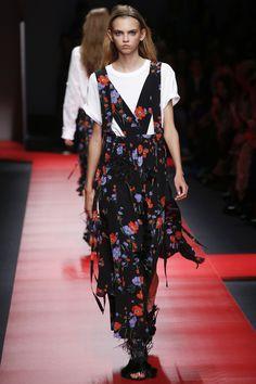No. 21 Spring 2016 Ready-to-Wear Fashion Show - Molly Bair