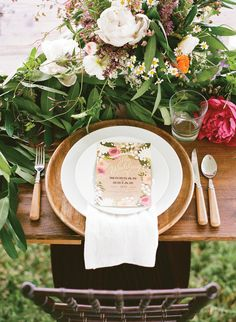 wooden chargers + lots of greenery | Aaron Snow