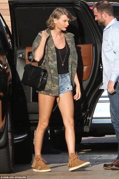 Taylor Swift in denim cotoffs, a camo jacket and brown suede sneakers - click through for more spring outfit ideas! Taylor Swift Moda, Estilo Taylor Swift, Taylor Swift Outfits, Taylor Alison Swift, Taylor Swift Style Casual, Taylor Taylor, Short Jeans, Star Fashion, Look Fashion