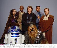 Samuel L. Jackson, Jimmy Smits, Ewan McGregor, Hayden Christensen, Natalie Portman, Peter Mayhew (Chewbacca) et R2-D2 / Star Wars-Episode III La revanche des Sith / 2005, réalisé par George Lucas, Walt Disney Studios Motion Pictures,