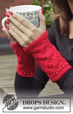 "DROPS Christmas: Knitted DROPS wrist warmers with lace pattern in ""Karisma"". ~ DROPS Design"