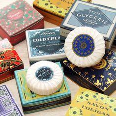 パリの石けんブランド「パリジェンヌ ドゥ サボン」は、アールデコスタイルのパッケージデザインが魅力。香りごとに異なるデザインは、フランスの30年代アールデコ時代のデザインを復元したもので、思わずコレクションしたくなるほど素敵です。フランスの職人技が光る石けんは品質の高さにも定評があります。調香師の手で生み出された12種類の香りはオリジナリティ豊かで、大切なゲストを迎えるときや、少しだけ贅沢な気分に浸りたいときにもオススメです。