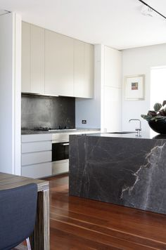 Mixed materials modern kicthen, black soapstone / marble, wood and white…