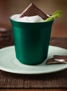 After Eight Coffee - Nespresso Recipes INGREDIENTS capsule of Capriccio Grand Cru After Eight® mint chocolate ml, 4 teaspoons of milk piece of nougat chocolate Coffee Mix, Espresso Coffee, Coffee Drinks, Mint Coffee, Menta Chocolate, Chocolate Coffee, After Eight Chocolate, After Eight Mints, Nespresso Recipes