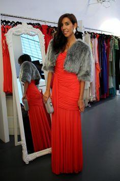 Rocío con vestido largo rojo de Halston Heritage, chaqueta de pelo Dresseos, clutch de Haltson Heritage y  joyas de Elizabeth Cole - Dresseos