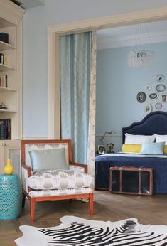 """Bedroom in a 65-meter """"stalinka"""". Since this is a single apartment, instead of doors between the living room and the bedroom, the designer hung a curtain."""