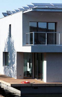 Casa flotante sostenible y autosuficiente Aut Ark1. Vista de las placas solares fotovoltaicas y de los colectores solares térmicos instalados en su cubierta, que le proporcionan toda la energía que requiere para su funcionamiento.