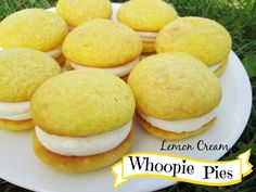 Lemon Cream Whoopie Pies: Made with lemon cake mix Köstliche Desserts, Lemon Desserts, Lemon Recipes, Sweet Recipes, Delicious Desserts, Dessert Recipes, Yummy Food, Plated Desserts, Lemon Whoopie Pie Recipe
