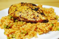 Deliciously seasoned Syn Free Spanish Chicken and Rice - quick to put together and a meal the whole family will enjoy. Slimming World Free, Slimming World Dinners, Slimming Eats, Slimming World Recipes, Healthy Comfort Food, Healthy Recipes For Weight Loss, Healthy Eating Recipes, Cooking Recipes, Syn Free Food
